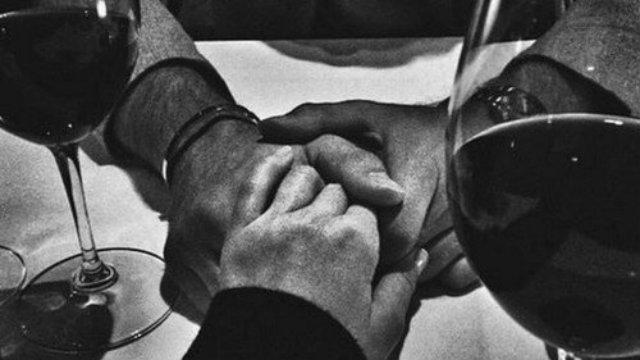 Desliga o som do mundo e  abre uma garrafa de vinho comigo